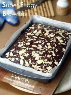 Something delicious to satisfy my sweet tooth. Crispy outside, fudgy and chewy inside. So classic! Fudgy Brownie Recipe, Chewy Brownies, Brownie Recipes, Chocolate Recipes, Cake Recipes, Chocolate Cake, Brownies Kukus, Brownie Batter, Brownie Cake