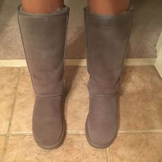 UGG Australia tall boots 100% Authentic ..... In AMAZING CONDITION only worn a few times as you can see from the bottom of the shoe can fit an 8.5-9.5 great! no stains, no rips, & no creases when worn ... MAKE reasonable OFFERS  pls :) UGG  Shoes Winter & Rain Boots