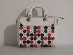 witte handtas met kleine witte, rode en zwarte bloemen