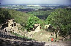 Das Harzer Bergtheater Thale ist eines der ältesten Naturtheater Deutschlands. Im Stile eines Amphitheaters angelegt finden auf den halbkreisförmigen Sitzbänken bis zu 1.350 Besucher Platz. Eingebunden in die beeindruckende Naturkulisse am Rande des sagenumwobenen Hexentanzplatzes versprühen die gezeigten Stücke einen besonderen Charme.