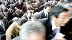 Personas saliendo de una estación de tren en Japón