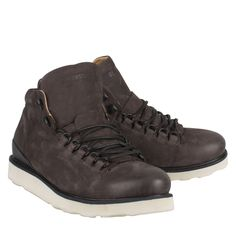 Blackstone MM23 donker grijs nubuck sportieve boot  Trendy boots van het bekende merk Blackstone model MM23 donker grijs. De hoge Blackstone boot is gemaakt van Nubuck. De Blackstone heren boot heeft een stoere uitstraling en is uitgevoerd in de kleur donker grijs in combinatie met een witte zool. Deze exclusieve boots van Blackstone hebben een hoogwaardige kwaliteit en zijn bij iedere outfit te dragen. De Blackstone veterschoen heeft een luxe afwerking en leren voering. De grijze boots zijn…