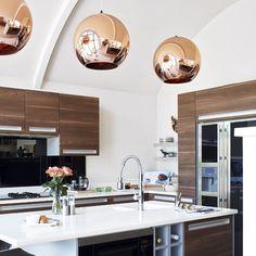 designerleuchte von tom dixon in der küche und im essbereich