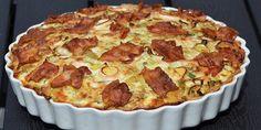 Fantastisk porretærte med sprød bacon på toppen, der passer perfekt til de bløde porrer og det cremede fyld af hytteost og æg.