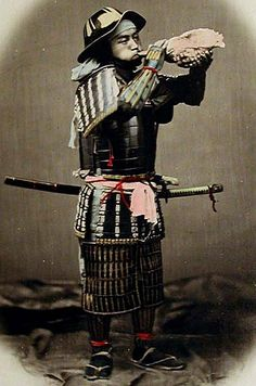 Samurai wearing a bajo jingasa and blowing a horagi.