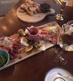Imponerende lækkert hos Svineriet I Odense. Den lækreste charcuteri og oste, samt vine der kan smages inden bestilling og den mest engagerede betjening.