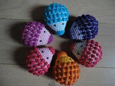 love the hedgehogs Sarah's CreaCorner: Geheime vergadering! Diy Tricot Crochet, Crochet Amigurumi, Amigurumi Patterns, Crochet Crafts, Crochet Dolls, Crochet Yarn, Yarn Crafts, Crochet Patterns, Knitting Projects