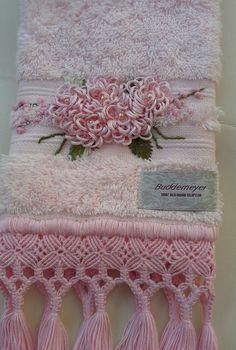 toalha de lavabo com macramé