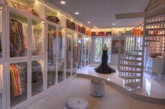 L'armadio allestito da Theresa Roemer nella sua casa da sogno in Texas è stato giudicato come il più grande d'America. In questo spettacolare guardaroba c'è persino un lampadario Swarovski e una scala a chiocciola, per una superficie 914 mq price 500.000 dollars