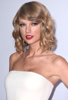 Celebrity hairstyles fall 2014 that you can take to the hair salon. From Taylor Swift to Emma Stone, here are the best celebrity hairstyles. Celebrity Short Hair, Celebrity Hairstyles, Bob Hairstyles, Jennifer Aniston, Blond Beige, Lady Bob, Look Star, Taylor Swift Hair, How To Color Eyebrows