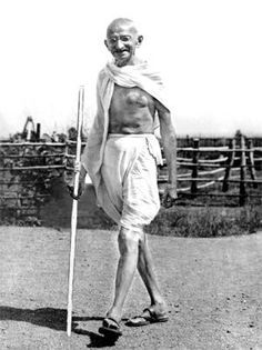 13 Unknown, interesting and surprising facts about the Father of Nation - Mahatma Gandhi that will blow your mind. Rea More to know- hidden facts of Gandhi Rare Pictures, Historical Pictures, Rare Photos, Mahatma Gandhi Photos, Gandhi Quotes, Quotes Quotes, Indian Freedom Fighters, Indira Gandhi, Bruce Lee Quotes