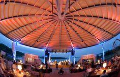 Der überdachte Veranstaltungsraum schön illuminiert beim Sommernachtsball 2015