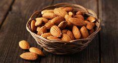 Prendre une poignée d'amandes (10 à 20 amandes) par jour est suffisant. Mais il faut éviter celles qui sont frites ou enrobées de sucre. Il est préférable de les consommer naturelles. Faire tremper 6 à 8 amandes dans l'eau pendant la nuit. Chaque matin, les manger sur un estomac vide. Si on boit l'eau citronnée à jeun le matin, on peut attendre entre 30 ou 40 minutes pour manger les amandes trempées. On peut également ajouter les amandes au petit déjeuner, aux salades, aux salades de fruits…