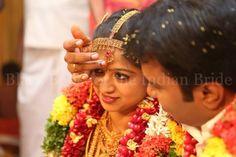 Groom applying sindoor on the bride's forehead at an Aaaru naatu vellalar Tamil wedding #Indian #tradition