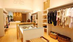 loja de roupas femininas para Shopping em Maringá. Móveis brancos e paredes revestidas com palha