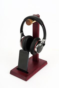 DIY Headphone Stand - Build a cool headphone hanger to get your over-the-ear headphones off your desk and keep them safe when you're not using them. Want to build them? Well we have some DIY Headphone Stand Ideas for you. Diy Headphone Stand, Headphone Storage, Headphone Holder, Headphone Splitter, Cordless Headphones, Cheap Headphones, Best Headphones, Skullcandy Headphones, Wood Projects