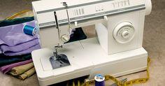 Cómo reemplazar la correa de una máquina de coser a pedal. Las máquinas de coser a pedal son una hermoso pieza para la exhibición, pero también son un aparato eficiente, eficaz y funcional. Estas antiguas máquinas de coser se fabricaban para que duren y suelen necesitar que se les haga un recambio de la correa o cable. Es muy fácil reemplazar este cable en una máquina de coser del pedal, sólo se requiere ...