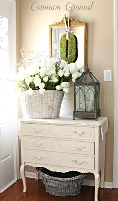 Vintage Decor Ideas Springtime French Country-Inspired Foyer Display - French country design and decor ideas can incorporate both new objects as well as antique or repurposed vintage items. Find the best ideas! French Country Bedrooms, French Country Cottage, French Country Style, European Style, French Country Furniture, Cottage Style, Southern Style Decor, Country Cottage Bedroom, Savvy Southern Style