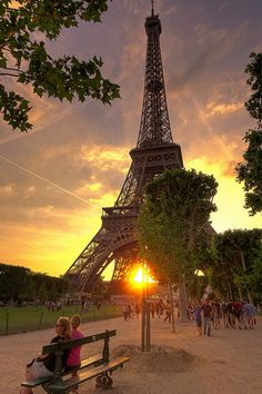Beautiful Pictures that will Leave you Breathless - Sunset in Paris, Eiffel Tower - this is amazing! I have photos from when I was a teenager and visited Paris! Places Around The World, Oh The Places You'll Go, Places To Travel, Paris Torre Eiffel, Magic Places, Oh Paris, Paris Tour, Ville France, Mont Saint Michel