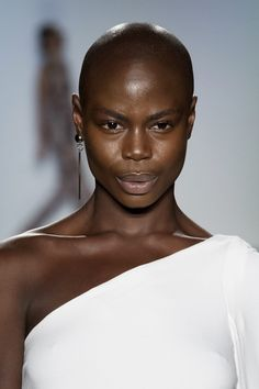 Women have grown up being told that their hair is their crowning glory. But an increasing number of black bald women are choosing to use their heads. Big Chop, Bald Women Fashion, Fashion Beauty, Girl Fashion, Brown Skin, Dark Skin, Bald Look, Bald Girl, Shaved Head