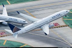 Perfect timing for these two United B737s to be re-United