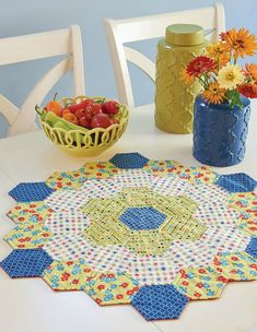 Create a Delightful Centerpiece from Hexies – Handwerk und Basteln Quilted Table Toppers, Quilted Table Runners, Hexagon Quilt Pattern, Quilt Patterns, Hexagon Quilting, Patchwork Quilting, Easy Quilts, Mini Quilts, Wool Quilts