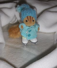 SF_joies_d_hiver_patineur Sylvanian Families, Shopkins, Miniture Things, Doll Houses, Doll Clothes, Teddy Bear, Dolls, Projects, How To Make