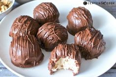 These No-Bake Cheesecake Bites are easy, delicious, and almost too good to be true. Everything you love about cheesecake, made into a bite size treat! Easy No Bake Cheesecake, Cheesecake Bites, Cheesecake Recipes, Köstliche Desserts, Delicious Desserts, Dessert Recipes, Dessert Party, Candy Recipes, Sweet Recipes