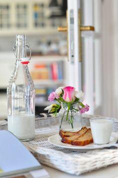 Sobotnie śniadanie: chlebek bananowo-migdałowy z zimnym mlekiem // Saturday breakfast: banana-almond bread with cold milk   Make Life Easier