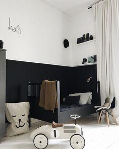 Stylisches Kinderzimmer in Schwarz und Weiß. Die halbhohe schwarze Wandfarbe kann man auch gut mit schwarzer Tafelfarbe umsetzen.