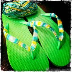 Pimp je eigen slippers, teenslippers! Slippers van Hema voor €2,50 met gekleurd katoen eromheen knopen.