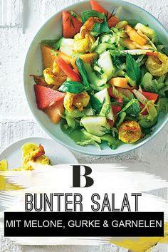 Bunter Gurken-Melonen-Salat mit Garnelen. So bunt ist der Sommer: Currypulver und Anisschnaps bringen beim Anbraten die Garnelen in Schwung und mischen dann auch in der Vinaigrette aus Kräutersenf mit. Dazu gibt es einen frischen Salat mit Gurke und Melone.