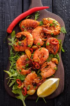 Large grilled bbq shrimp with sweet chili sauce, green onion and — stock photo Omega 3, Steak And Shrimp, Mediterranean Spices, Grilled Shrimp Recipes, Calorie Calculator, Healthy Grilling Recipes, Sweet Chili, Green Onions, Fitness Nutrition