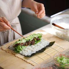 불고기김밥 - 아내의 식탁 K Food, Food Menu, Popular Korean Food, Snack Recipes, Healthy Recipes, Bulgogi, New Menu, Food Plating, Quick Meals