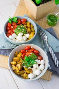 Die Pesto Potatoe Bowl ist so fix zubereitet, dass es doppelt gut schmeckt Healthy Potato Recipes, Healthy Recipes On A Budget, Cooking On A Budget, Veggie Recipes, Healthy Dinner Recipes, Vegetarian Recipes, Easy Cooking, Healthy Food, Gluten Free Peach