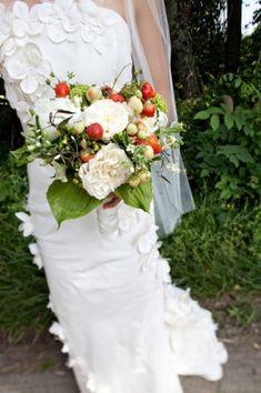 Kan det bli somrigare än så här?  Strawberry Wedding Bouquet | themarriedapp.com hearted <3