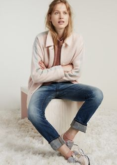 madewell rivet & thread straight selvedge jeans in elmwood wash worn with the connection sweater in sunset rose, textured cocoon coat, ribbed ankle socks, madewell & saucony® dxn trainer sneakers + cylinder hoop earrings. #denimmadewell