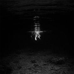 De onderwaterwereld ziet er altijd behoorlijk kleurig uit. Fotograaf Hengki Koentjoro besloot het dan ook op een andere manier vast te leggen, namelijk in het zwart-wit. Doordat het blauw is verdwenen, ontstaat er een gespannen en dreigende sfeer. Bekijk hieronder een selectie van zijn werk