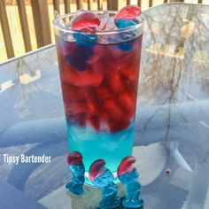 Drunken Papa Smurf Cocktail - For more delicious recipes and drinks, visit us here: www.tipsybartender.com