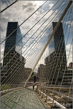 Puente de Santiago Calatrava, al fondo las torres Uribitarte de Arata Isozaki en Bilbao