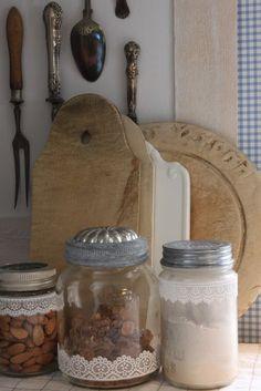 Dette bildet måtte vi bare ta med oss. Her har et av lokkene på Norgesglassene blitt byttet ut med gamle sandkakeformer. Det som gjenstår er å finne det. Flaks det er så koselig på loppemarked da ;) (Av Sjarmerende-gjenbruk)