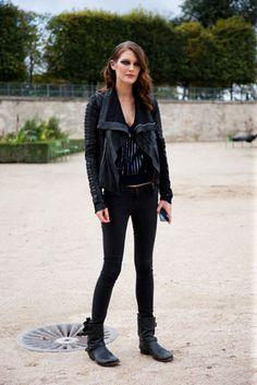 Campera de cuero, botas moteras, skinny jeans y remera negra. Un look versátil y cool a partes iguales.