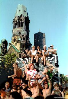 Der Sommer 1994 Helmut Kohl war noch Bundeskanzler, Harald Juhnke lebte noch und die Loveparade ging noch über den Kurfürstendamm.