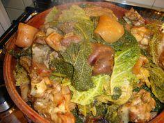 CASSOEULA storico piatto lombardo i cui ingredienti sono le verze e le parti meno nobili del maiale, come la cotenna, i piedini, la testa e le costine. Nel Milanese anche le orecchie ed il musetto. Nel Novarese anche la carne d'oca. In Brianza è più asciutta. Il nome deriva probabilmente dal cucchiaio con cui si mescola (casseou) o dalla pentola in cui si prepara (casseruola)  #ItalianFood #RicetteTipiche #FoodBlogger #CarnevaliLuigi https://www.facebook.com/terreLAMBRUSCO/?fref=ts