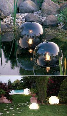 achtertuin landschapsarchitectuur ideeën, vijver met drijvende aardbol verlichting en gazon met witte wereldbol lichten