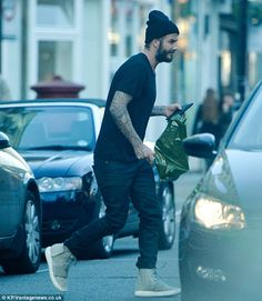 David Beckham wears Kanye West's Yeezy trainers as he goes shopping Fashion Hub, Mens Fashion, Runway Fashion, Fashion Ideas, Fashion Trends, Yeezy Trainers, Celebrity Sneakers, David Beckham Style, Summer Outfits