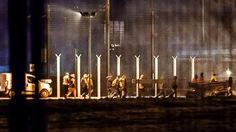 Verkehr unterbrochen: Mehr als 100 Flüchtlinge stürmen den Eurotunnel http://www.bild.de/politik/ausland/fluechtlingskrise/fluechtlinge-stuermen-euro-tunnel-42875392.bild.html