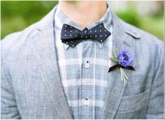 Костюм жениха: серый пиджак,черная бабочка, фиолетовая бутоньерка