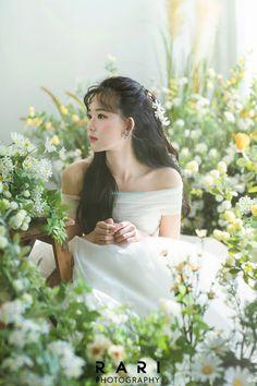 Korean Wedding Photography, Photography Poses, Korean Beauty Girls, Korean Fashion Dress, Pre Wedding Photoshoot, Bridal Hair, Marie, Wedding Hairstyles, Wedding Planning