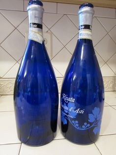 Have you ever seen a beautiful bottle and wished you could use it for something but it has a painted on label? Glass Bottle Crafts, Wine Bottle Art, Painted Wine Bottles, Bottles And Jars, Glass Jars, Decorated Bottles, Liquor Bottles, Glitter Bottles, Wine Glass